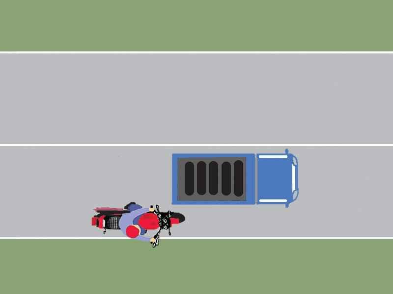 În cazul în care autocamionul se deplasează cu o viteză mai mică de 40 km/h, poate fi depăşit de motocicletă pe partea dreaptă?
