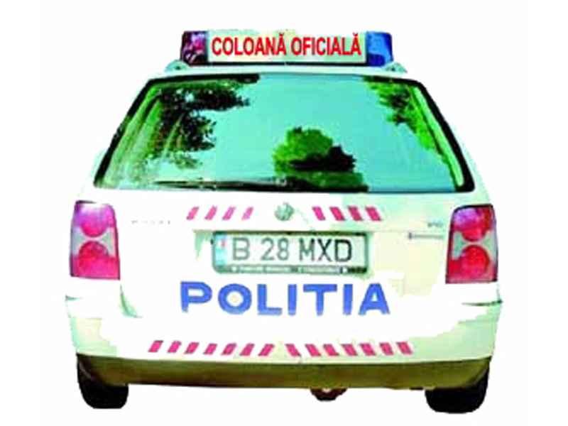 """Dacă autovehiculul de poliţie transmite mesajul """"coloană oficială"""", ai voie să te ataşezi la o astfel de coloană?"""