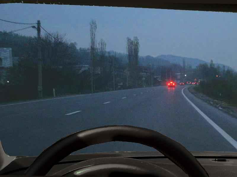 Este permisă folosirea luminilor de ceaţă noaptea, dacă cerul este senin?