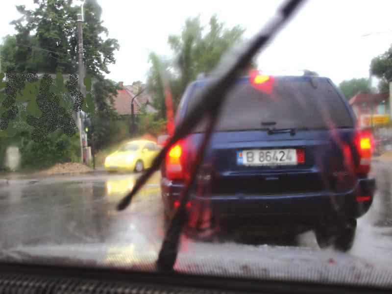 După o ploaie torenţială, este necesar să se păstreze o distanţă considerabil mai mare faţă de vehiculul care circulă în faţă?