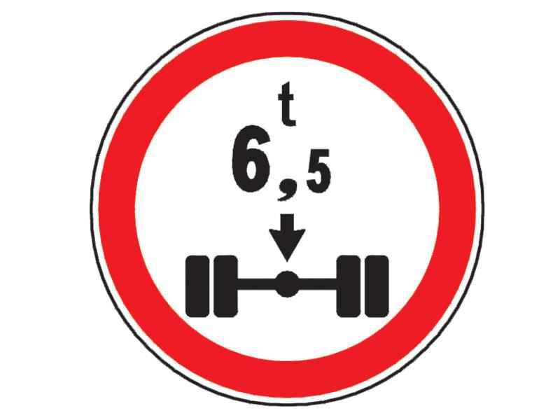 Indicatorul alăturat vă interzice să pătrundeţi cu autocamionul pe segmentul de drum la începutul căruia este instalat, dacă: