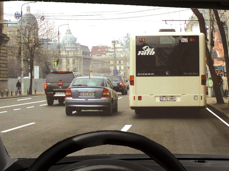 Este regulamentar să depășiți autobuzul oprit în stație?