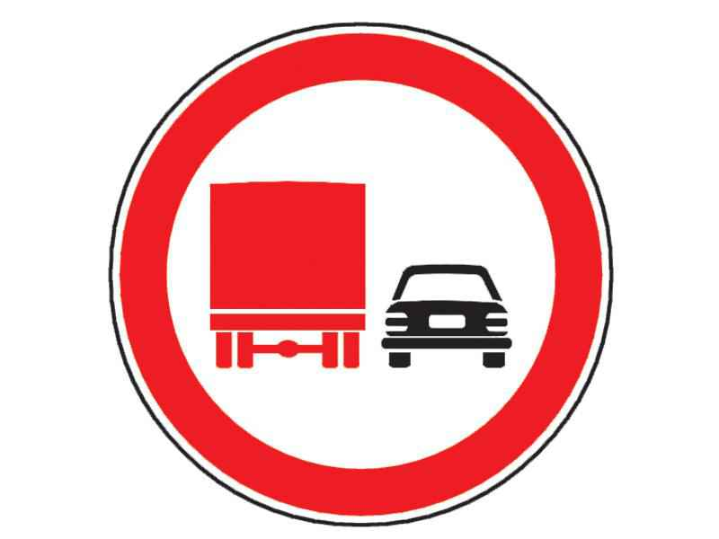 Conducând un camion cu marfă, ce interdicţie aveţi la întâlnirea indicatorului din imagine?