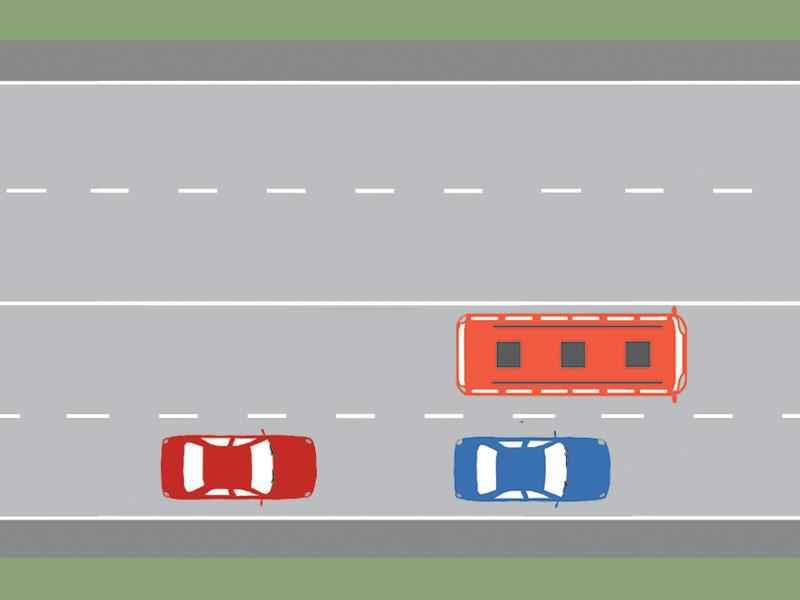 Cum trebuie să procedeze conducătorul autobuzului din imagine, dacă sesizează că pneul roţii din dreapta spate este în pană?